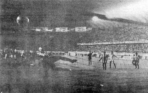 César Chávez Riva vuela sin resultado mientras el balón se mete en su arco luego del tiro libre de Cueto (Recorte: diario La Crónica)