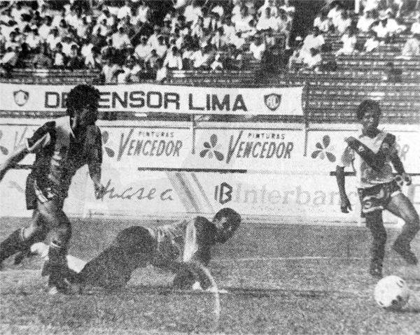 César Cueto supera a Agapito Rodríguez en su último partido con el primer equipo de Alianza (Recorte: diario Ojo)