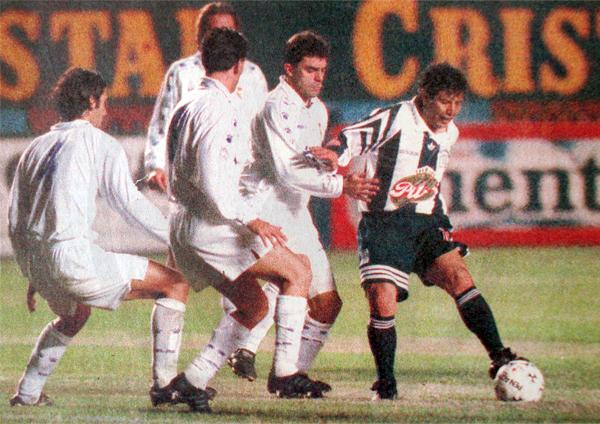 Rodeado por jugadores de Real Madrid, a Cueto le tocó jugar un gran partido con Alianza en 1996 (Recorte: diario El Comercio)