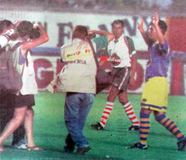 El saludo de Cueto para el público que lo hizo volver al campo luego de ser expulsado (Recorte: diario El Comercio)