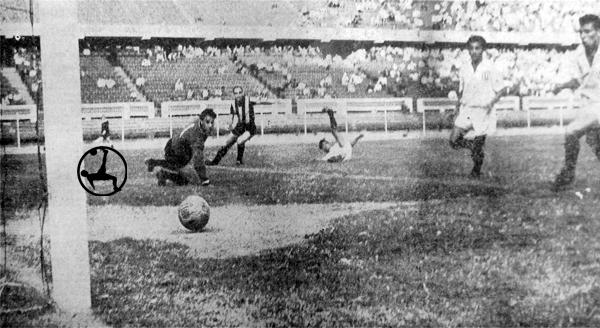 El primer gol de Universitario y de los equipos peruanos en la Libertadores lo anotó así Ángel Uribe (Recorte: diario La Prensa)