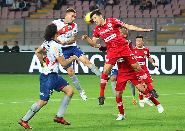 El Municipal - Universitario del Clausura fue el mejor partido de la temporada en el Perú, aunque debió jugarse sin tantos dilemas. (Foto: Pedro Monteverde / DeChalaca.com)