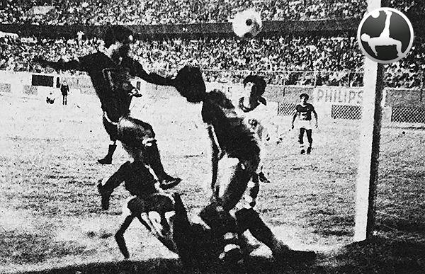 El disparo de Camacho para darle a Pilsen el tercer tanto en su victoria sobre Cañaña en 1983. (Foto: diario La Crónica)