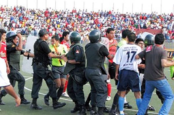La revancha entre Aurich y Sport Vallejo en 2007 la volvió a ganar el 'Ciclón', aunque con atisbos de bronca. (Foto: diario La Industria de Chiclayo)