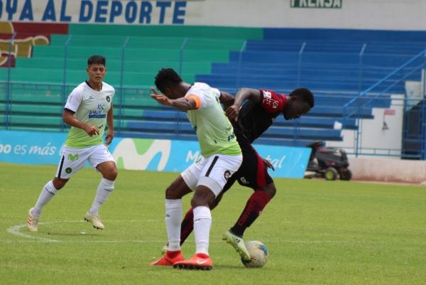 Jarlín Quintero al ataque ante Pirata FC. ¿Será el último partido del colombiano antes de recibir una dura sanción por su supuesta implicación en las apuestas turbias que rodearon al encuentro? (Foto: Larry Jalk / DeChalaca.com)