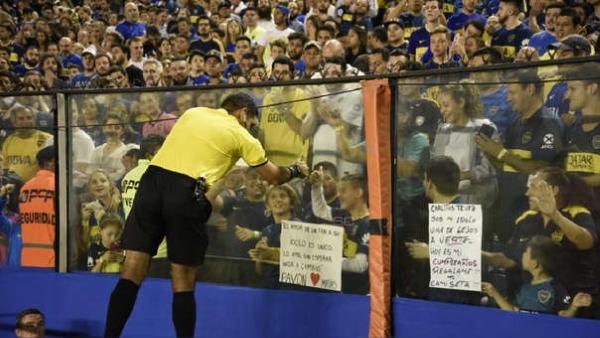 Este gesto de Diego Haro antes del Boca - Wilstermann, entremezlado con sus inoportunas declaraciones, lo acabó dejando fuera de la final de la Libertadores. (Foto: ESPN)