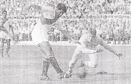 Uno de los goles de Seminario en la valla del inglés Hopkinson, la tarde del mítico 4-1 a os ingleses (Foto: revista Ovación)