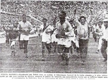 Con Rafael Asca a la cabeza, la selección da la vuelta olímpica luego del triunfo ante Inglaterra (Recorte: diario La Crónica, 18/05/59)
