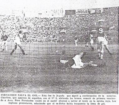 José Fernández, la figura del equipo peruano, salva el arco ante un ataque del mítico Bobby Charlton (Recorte: diario La Prensa, 18/05/59)