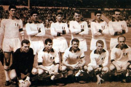 Histórica formación del Milan campeón de la Copa de Campeones 1962-1963. Benítez es el segundo de los parados (Foto: revista El Gráfico Perú)