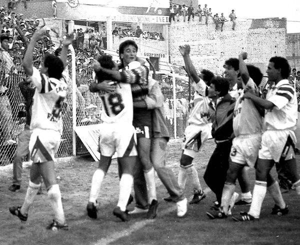 El festejo con la tribuna luego del triunfo ante los ecuatorianos, con Balerio a la cabeza (Foto: Diario de Chimbote)