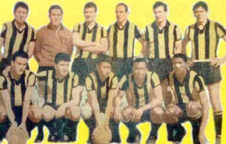 La recordada formación de Peñarol en los '60, con Juan Joya cerrando la oncena como último de los hincados (Foto: girasolweb.tripod.com)