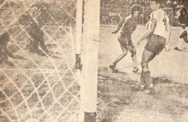 Imagen de la segunda conquista de Gerónimo 'Patrulla' Barbadillo en el 2-0 de Defensor Lima ante El Nacional de Quito por la Copa Simón Bolívar (Recorte: revista Ovación)
