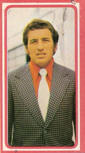 José Fernández dejaba el pantalón corto a inicios de 1975 para comenzar a enfundarse el terno de técnico en Defensor (Cromo: álbum Fútbol 75, Editorial Navarrete)
