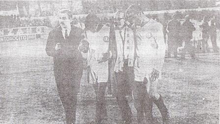 Chale deja el campo junto a Cassaretto embargado por la emoción luego del triunfazo sobre Racing (Foto: diario La Crónica)