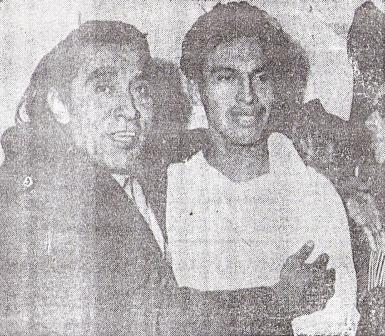 Otra foto de Uribe, acompañado del conocido catchascanista 'El Indio Comanche', quien viajó a Buenos aAires como barrista crema (Foto: diario La Crónica)