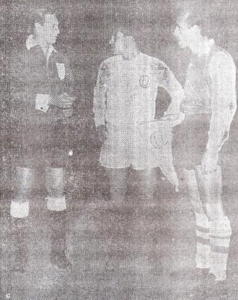 Lucho Cruzado y Roberto Matosas, capitanes de la 'U' y River, con el juez brasileño Vieira de Moraes antes de su cotejo (Foto: diario La Crónica)