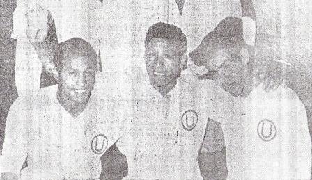 Pedro Gonzales, Chumpitaz y Uribe sonríen alborozados luego del triunfo sobre Racing (Foto: diario La Crónica)
