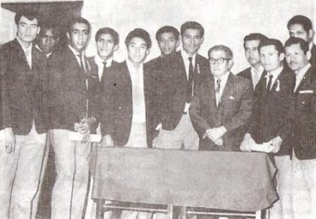 El 'Flaco' Mendoza rodeado por parte de la delegación chiclayana que se aprestaba a tomar vuelo rumbo a Santiago para los partidos por Copa Libertadores, en 1969 (Recorte: libro 'El Auriche sopla como un Ciclón', Óscar A. Cortez Mendívez)
