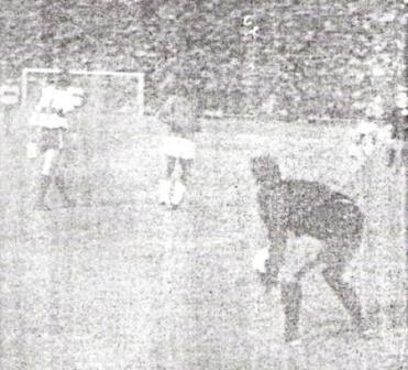Atenaza el golero Vallejos, de la Católica. Delante, observa el balón Eladio Reyes (Foto: diario La Crónica)
