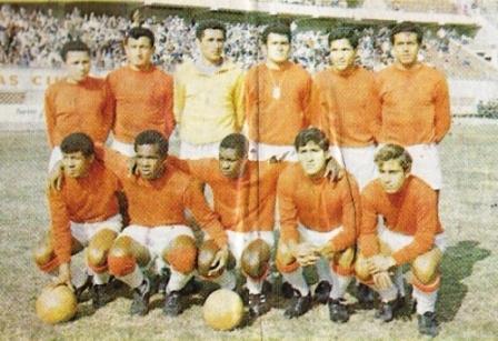 Deportivo Juan Aurich fue fundado en 1922 y su pico máximo fue llegar a la Copa Libertadores de 1969, torneo en el que estuvo a un tris de superar la Fase de Grupos (Foto: álbum Ídolos, Importadores Peruanos)