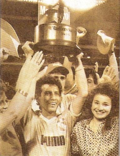 Con la Copa Marlboro por todo lo alto César Cueto celebra el título con camiseta de Cristal (Recorte: revista El Gráfico Perú)