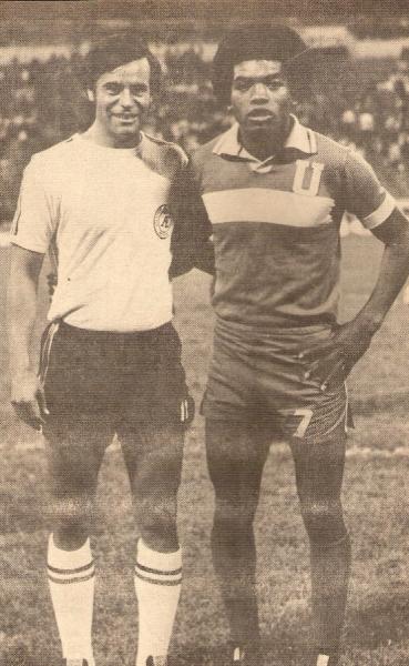 Geronimo Barbadillo posando junto a Oswaldo 'Cachito' Ramírez previo a un enfrentamiento entre Tigres y Atlético Español (Recorte: revista Ovación)