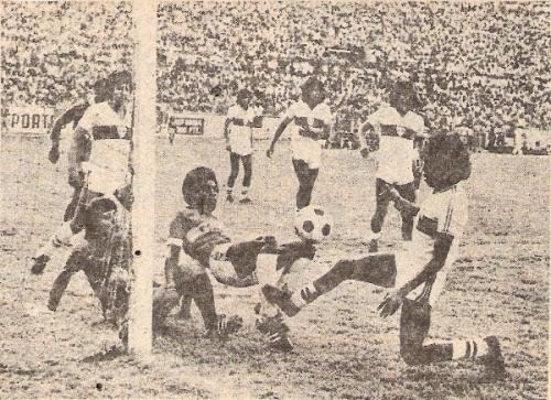 Ante Zacatepec, por la última fecha de la temporada 1979-1980. Tigres ganó y se metió a la final del campeonato. Barbadillo convirtió dos goles, uno de ellos -el que aparece en la imagen- de chalaca (Recorte: revista Ovación)