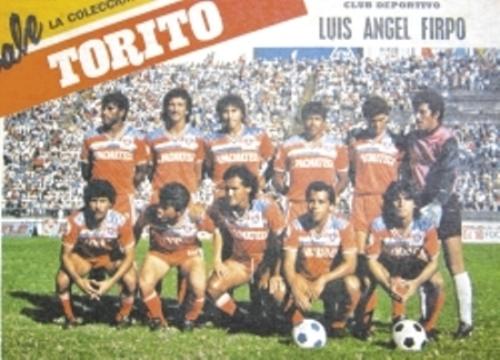 Firpo con su uniforme alternativo en 1988-1989. Duffoó es el penúltimo de los parados y Seminario, el segundo de los hincados (Recorte: la prensa.com.sv)