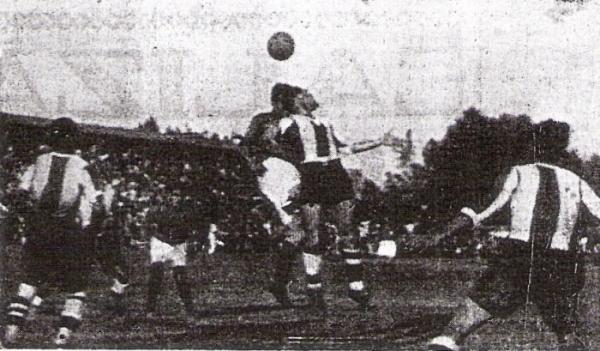 El costarricense Hernán Palacios, quien jugaba en Audax Italiano, se exige ante una carga aliancista (Recorte: diario La Crónica)