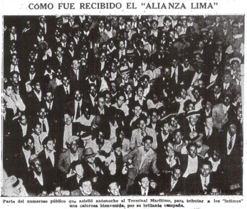 La multitud que se volcó al muelle del Callao a recibir a los íntimos en plena medianoche (Recorte: diario La Prensa)