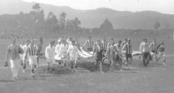 En el primer cotejo entre ambos, La Libertad de Costa Rica y Alianza Lima saltan al campo del estadio Nacional de San José portando las respectivas banderas de su país (Foto: cslalibertad.com)