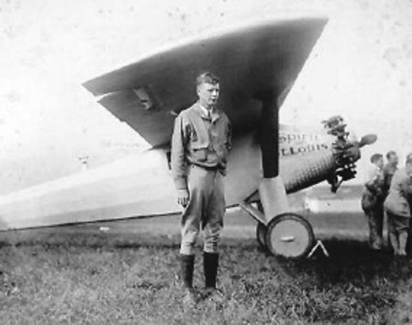 El homenaje anunciado: el piloto americano Charles Lindbergh aterriza con su avioneta en el centro del terreno de juego (Foto: cslalibertad.com)