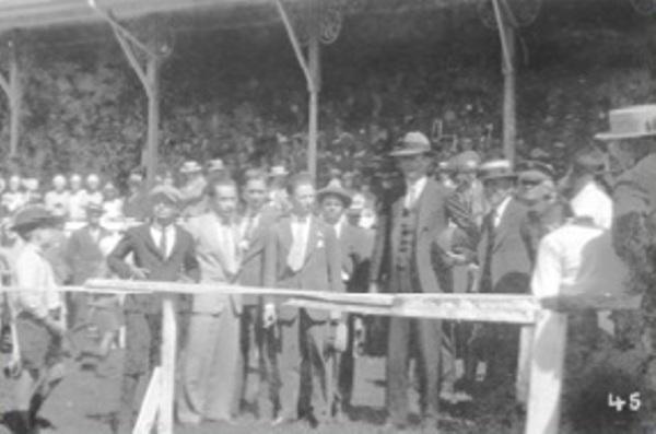 Con el balón en la mano, Lindberg es rodeado por los dirigentes de la época y se apresta a dar el play de honor (Foto: cslalibertad.com)
