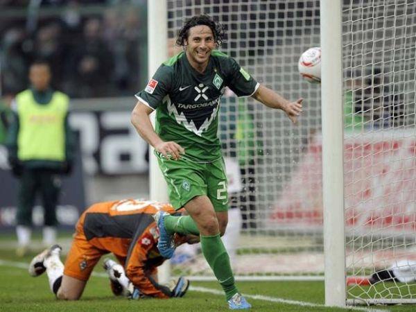Claudio Pizarro y el instante más importante en 2010: su gol que lo convirtió como el jugador extranjero con más goles en la historia de la Bundesliga (Foto: informativomatutino.blogspot.com)