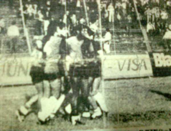 Todo Melgar felicita a Ernesto Neyra por su segundo tanto, el que selló la victoria arequipeña en Asunción (Recorte: diario El Pueblo de Arequipa)
