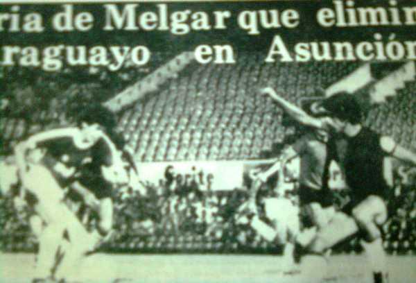 Raúl Obando observa atento a un atacante paraguayo a punto de generar peligro (Recorte: diario El Pueblo de Arequipa)