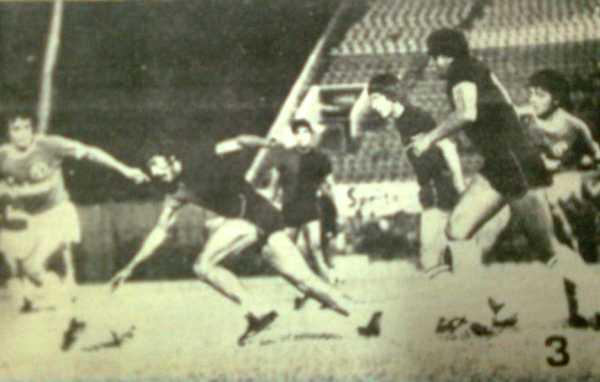 José Aguayo va a pelear con todo la posesión del balón ante la presencia del rival (Recorte: diario El Pueblo de Arequipa)
