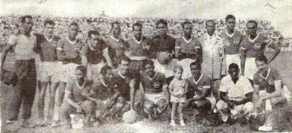 Deportivo Cali en 1950, con varios peruanos y dirigido por Adelfo Magallanes, con elegante traje en la imagen. (Foto: revista Equipo)