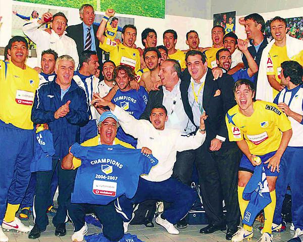 Aunque no llegó a ganarse un lugar definitivo en el once titular del APOEL, Manuel Barreto si encajó en un plantel con el que pudo salir campeón de Chipre (Foto: apoelfc.com.cy)