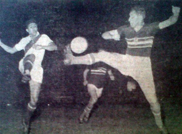 Nicolás Nieri pierde en la disputa de un balón en el partido que Perú se vio superado claramente por Hungría (Recorte: diario La Crónica)