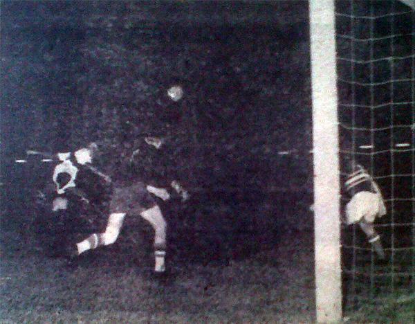 El segundo gol peruano ante Hungría lo consiguió 'Cachito' Ramírez con este preciso golpe de cabeza (Recorte: diario La Crónica)