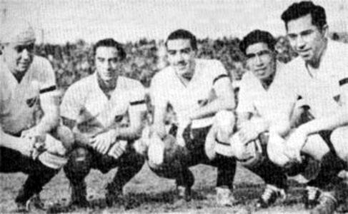 Un ataque de Colo Colo en su campaña de 1941 con Enrique Sorrel, César Socarraz, Alfonso Dominguez, Armando Contreras y Tomás Rojas (Foto: camisetascolocolo.cl)