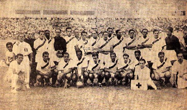 Aunque no llegó a jugar ni un partido, 'El Pibe' Socarraz -antepenúltimo de los hincados- fue parte de la selección peruana que obtuvo el título del Sudamericano de 1939 (Recorte: revista Equipo)