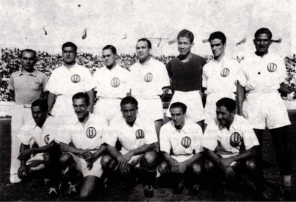 César Socarraz como parte de un equipo de Universitario en 1939, al lado de 'Lolo' Fernández (Recorte: libro 'Lolo' Ídolo Eterno, Teodoro Salazar Canaval)