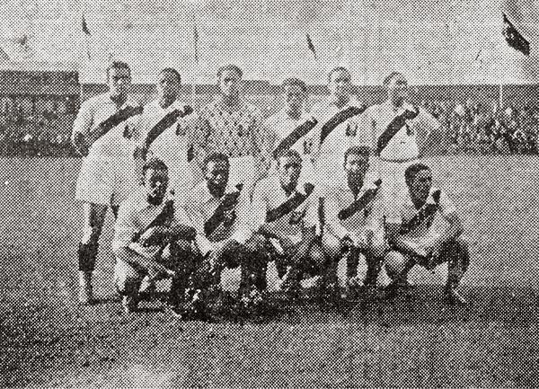 Los once peruanos que se presentaron para jugar y golear a Finlandia, con 'Lolo' al centro piloteando el ataque (Recorte: diario La Crónica)