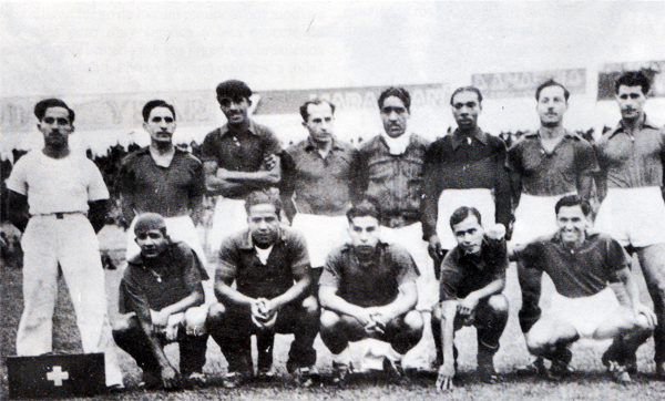 Cuando dirigió en el fútbol peruano se encargó, entre otros equipos, de este combinado del Callao en 1944 (Recorte: Libro '¡Vamos Boys!', Teodoro Salazar Canaval)
