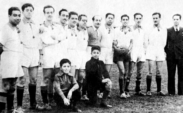Jorge Góngora, a la derecha con terno, junto a un grupo de peruanos exiliados en Chile prestos a disputar un encuentro de fútbol (Foto: Facebook)