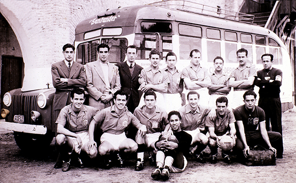 Eugenio Arenaza en primer plano del equipo base de León bicampeón entre 1947 y 1949. (Foto: ligamx.net)