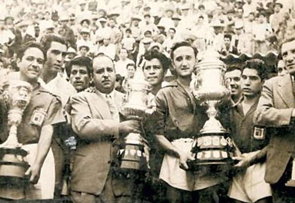 Los jugadores de León en 1949 con las tres copas ganadas en un mismo año que los volvieron campeonísimos. (Foto: terra.com)
